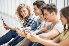 Σπουδαστές με τις συσκευές στοκ φωτογραφίες με δικαίωμα ελεύθερης χρήσης