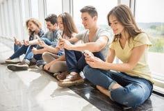 Σπουδαστές με τις συσκευές στοκ φωτογραφία