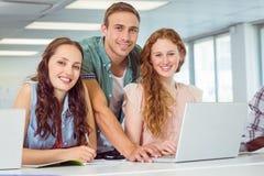 Σπουδαστές μόδας που χρησιμοποιούν το lap-top Στοκ φωτογραφία με δικαίωμα ελεύθερης χρήσης