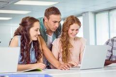 Σπουδαστές μόδας που χρησιμοποιούν το lap-top Στοκ Εικόνες