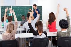 Σπουδαστές που απαντούν στο δάσκαλο στην κατηγορία μαθηματικών Στοκ φωτογραφία με δικαίωμα ελεύθερης χρήσης