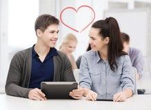 Σπουδαστές που εξετάζουν το PC ταμπλετών στη διάλεξη στο σχολείο Στοκ εικόνα με δικαίωμα ελεύθερης χρήσης
