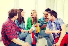 Σπουδαστές που επικοινωνούν και που γελούν στο σχολείο Στοκ Φωτογραφίες