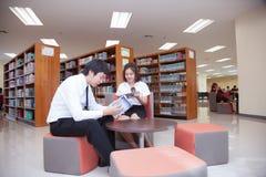 Σπουδαστές που εργάζονται στην πανεπιστημιακή βιβλιοθήκη Στοκ εικόνες με δικαίωμα ελεύθερης χρήσης