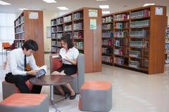 Σπουδαστές που εργάζονται στην πανεπιστημιακή βιβλιοθήκη Στοκ Φωτογραφίες