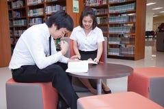 Σπουδαστές που εργάζονται στην πανεπιστημιακή βιβλιοθήκη Στοκ φωτογραφίες με δικαίωμα ελεύθερης χρήσης