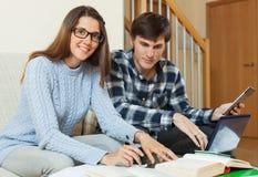 Σπουδαστές που διαβάζουν και που προετοιμάζονται για το διαγωνισμό στοκ εικόνα