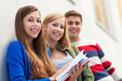Σπουδαστές που κρατούν τα βιβλία τους Στοκ Εικόνα