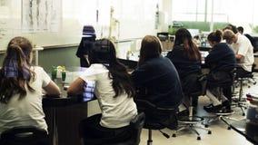 Σπουδαστές που μαθαίνουν στην τάξη Στοκ εικόνες με δικαίωμα ελεύθερης χρήσης