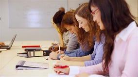 Σπουδαστές που μαθαίνουν στο πανεπιστήμιο απόθεμα βίντεο