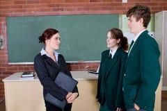 σπουδαστές που μιλούν το δάσκαλο Στοκ φωτογραφία με δικαίωμα ελεύθερης χρήσης