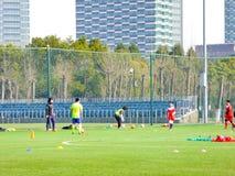 Σπουδαστές που παίζουν το ποδόσφαιρο Στοκ φωτογραφία με δικαίωμα ελεύθερης χρήσης