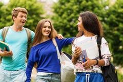 Σπουδαστές που περπατούν σε μια πόλη στοκ φωτογραφία με δικαίωμα ελεύθερης χρήσης