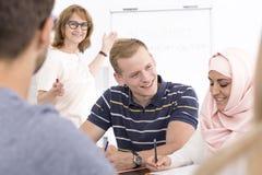Σπουδαστές που συνεργάζονται κατά τη διάρκεια του μαθήματος γλώσσας Στοκ Εικόνα