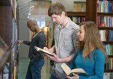 Σπουδαστές σε μια βιβλιοθήκη Στοκ εικόνα με δικαίωμα ελεύθερης χρήσης