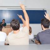 Σπουδαστές στην αίθουσα συνεδριάσεων Στοκ φωτογραφία με δικαίωμα ελεύθερης χρήσης
