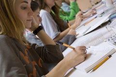 Σπουδαστές στην κλάση Στοκ φωτογραφία με δικαίωμα ελεύθερης χρήσης