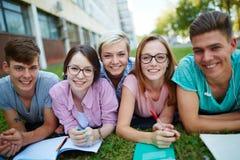 Σπουδαστές στην πανεπιστημιούπολη Στοκ Φωτογραφίες
