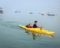 Σπουδαστές στη βάρκα στη λίμνη Pokhara, Νεπάλ Phewa Στοκ φωτογραφία με δικαίωμα ελεύθερης χρήσης