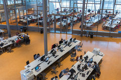 Σπουδαστές στη βιβλιοθήκη του τεχνικού πανεπιστημιακού Ντελφτ, το Netherlan Στοκ Εικόνα
