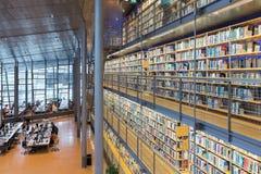 Σπουδαστές στη βιβλιοθήκη του τεχνικού πανεπιστημιακού Ντελφτ, το Netherlan Στοκ εικόνα με δικαίωμα ελεύθερης χρήσης