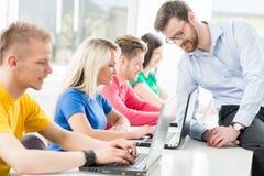 Σπουδαστές στο μάθημα πληροφορικής και προγραμματισμού Στοκ Εικόνα