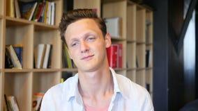 Σπουδαστής ή νέος επιχειρηματίας που κάνει την τηλεοπτική συνομιλία απόθεμα βίντεο