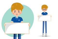Σπουδαστής αγοριών που κρατά ένα κενό έμβλημα ελεύθερη απεικόνιση δικαιώματος