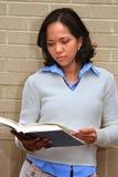 σπουδαστής ανάγνωσης Στοκ φωτογραφία με δικαίωμα ελεύθερης χρήσης