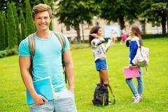 Σπουδαστής ατόμων σε ένα πάρκο πόλεων στοκ φωτογραφία