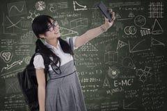 Σπουδαστής γυμνασίου που παίρνει την αυτοπροσωπογραφία Στοκ Φωτογραφία