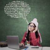 Σπουδαστής γυμνασίου που σκέφτεται τα εικονίδια Διαδικτύου Στοκ Εικόνα