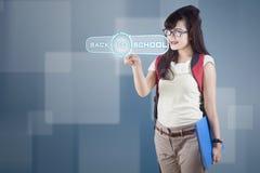 Σπουδαστής γυμνασίου που χρησιμοποιεί τη σύγχρονη τεχνολογία 1 Στοκ Φωτογραφία