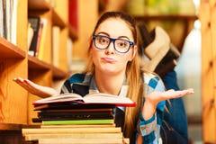 Σπουδαστής γυναικών στη βιβλιοθήκη κολλεγίων Στοκ φωτογραφία με δικαίωμα ελεύθερης χρήσης