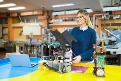 Σπουδαστής εφαρμοσμένης μηχανικής και ρομποτικής στοκ φωτογραφίες