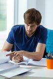 Σπουδαστής κατά τη διάρκεια της εργασίας Στοκ εικόνες με δικαίωμα ελεύθερης χρήσης