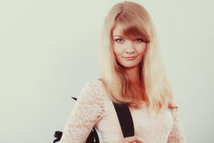 Σπουδαστής κοριτσιών γυναικών με το σακίδιο πλάτης Στοκ Εικόνες