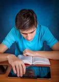 Σπουδαστής με βιβλία και ταμπλέτα Στοκ Φωτογραφίες