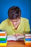 Σπουδαστής με βιβλία Στοκ εικόνες με δικαίωμα ελεύθερης χρήσης