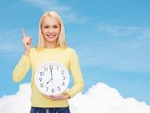 Σπουδαστής με το ρολόι και το δάχτυλο τοίχων επάνω Στοκ Φωτογραφίες