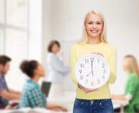 Σπουδαστής με το ρολόι τοίχων Στοκ Φωτογραφίες