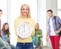 Σπουδαστής με το ρολόι τοίχων Στοκ φωτογραφίες με δικαίωμα ελεύθερης χρήσης