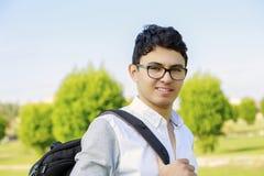 Σπουδαστής με το σακίδιο πλάτης έξω από το σχολείο Στοκ Εικόνες