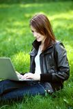 Σπουδαστής με το σημειωματάριο υπαίθριο Στοκ Φωτογραφία