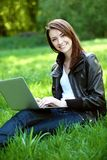 Σπουδαστής με το σημειωματάριο υπαίθριο Στοκ εικόνα με δικαίωμα ελεύθερης χρήσης