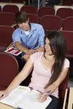 Σπουδαστής με το χέρι στον ώμο του κοριτσιού Στοκ φωτογραφία με δικαίωμα ελεύθερης χρήσης