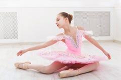 Σπουδαστής μπαλέτου που ασκεί στο κοστούμι μπαλέτου Στοκ εικόνες με δικαίωμα ελεύθερης χρήσης