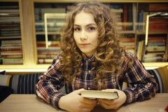 Σπουδαστής πορτρέτου στη βιβλιοθήκη Στοκ Εικόνες