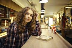 Σπουδαστής πορτρέτου στη βιβλιοθήκη Στοκ Εικόνα