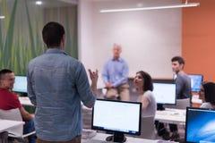 Σπουδαστής που απαντά σε μια ερώτηση στην τάξη Στοκ φωτογραφία με δικαίωμα ελεύθερης χρήσης